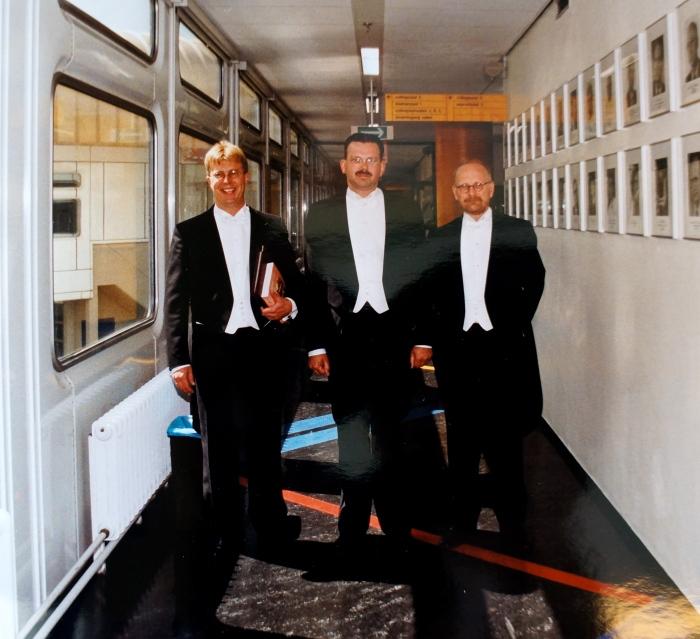 Samen met mijn twee paranimfen Ernst de Jong (li) en frans de Jong (re). 9 juni 1999 Erasmus Universiteit